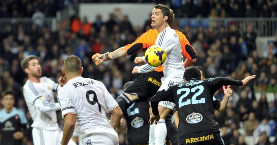 06.jan.2014 - Português Cristiano Ronaldo sobe com a defesa do Celta e tenta abrir o placar para o Real Madrid pelo Campeonato Espanhol