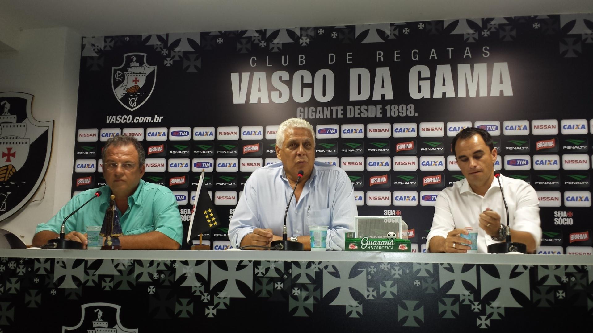 O presidente Roberto Dinamite, o vice de futebol Ercolino de Luca (e) e o diretor Rodrigo Caetano (d) concedem entrevista coletiva na reapresentação do Vasco (06/01/2014)