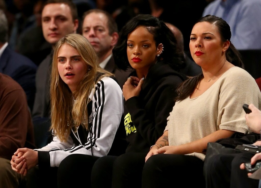 07.jan.2014 - Cara Delevingne e Rihanna assistem à partida da NBA entre Brooklyn Nets e Atlanta Hawks