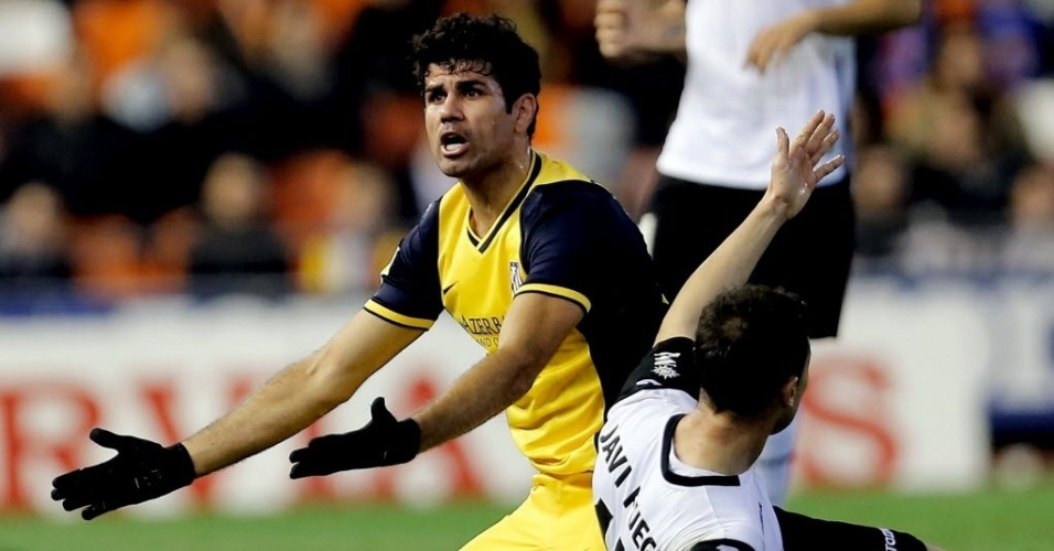 07.jan.2014 - Diego Costa reclama após disputa de bola Javi Fuego na partida entre Atlético de Madri e Valencia pela Copa do Rei