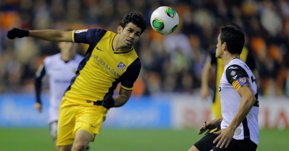 07.jan.2014 - Diego Costa tenta criar jogada para cima de Ricardo Costa na partida entre Atlético de Madri e Valencia pela Copa do Rei