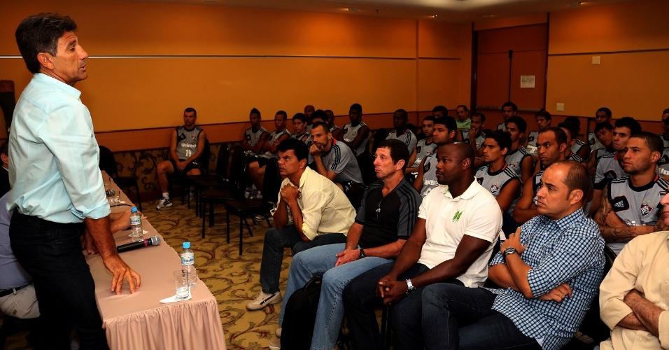 8.jan.2014 - Renato Gaúcho conversa com funcionários e jogadores do Fluminense na reapresentação do elenco