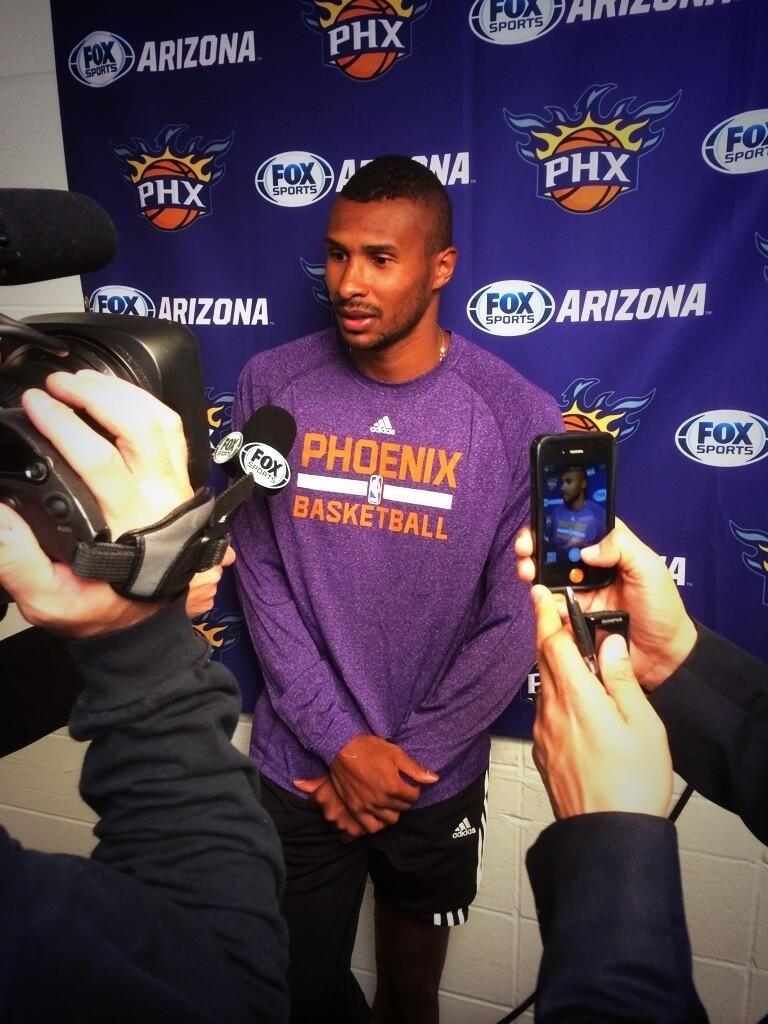 09.01.2014 - No dia do seu retorno ao Phoenix Suns, Leandrinho conversa com a imprensa local