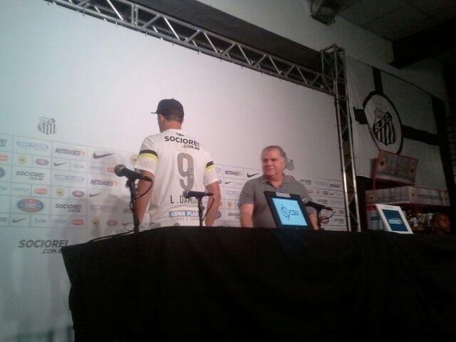 09.jan.2013 - Damião veste a camisa 9 do Santos na coletiva de apresentação ao clube paulista