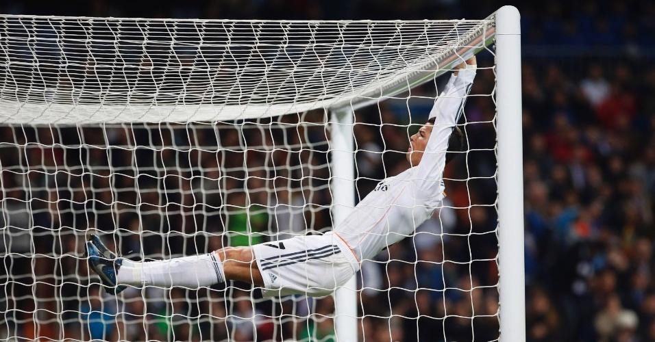 09.jan.2014 - Cristiano Ronaldo se pendura no travessão após perder chance de gol em jogo do Real Madrid contra o Osasuna, pela Copa do Rei