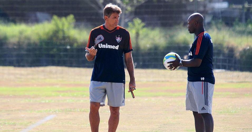 9.jan.2014 - O técnico Renato Gaúcho (e) conversa com o auxiliar Marcão durante treino do Fluminense em Mangaratiba