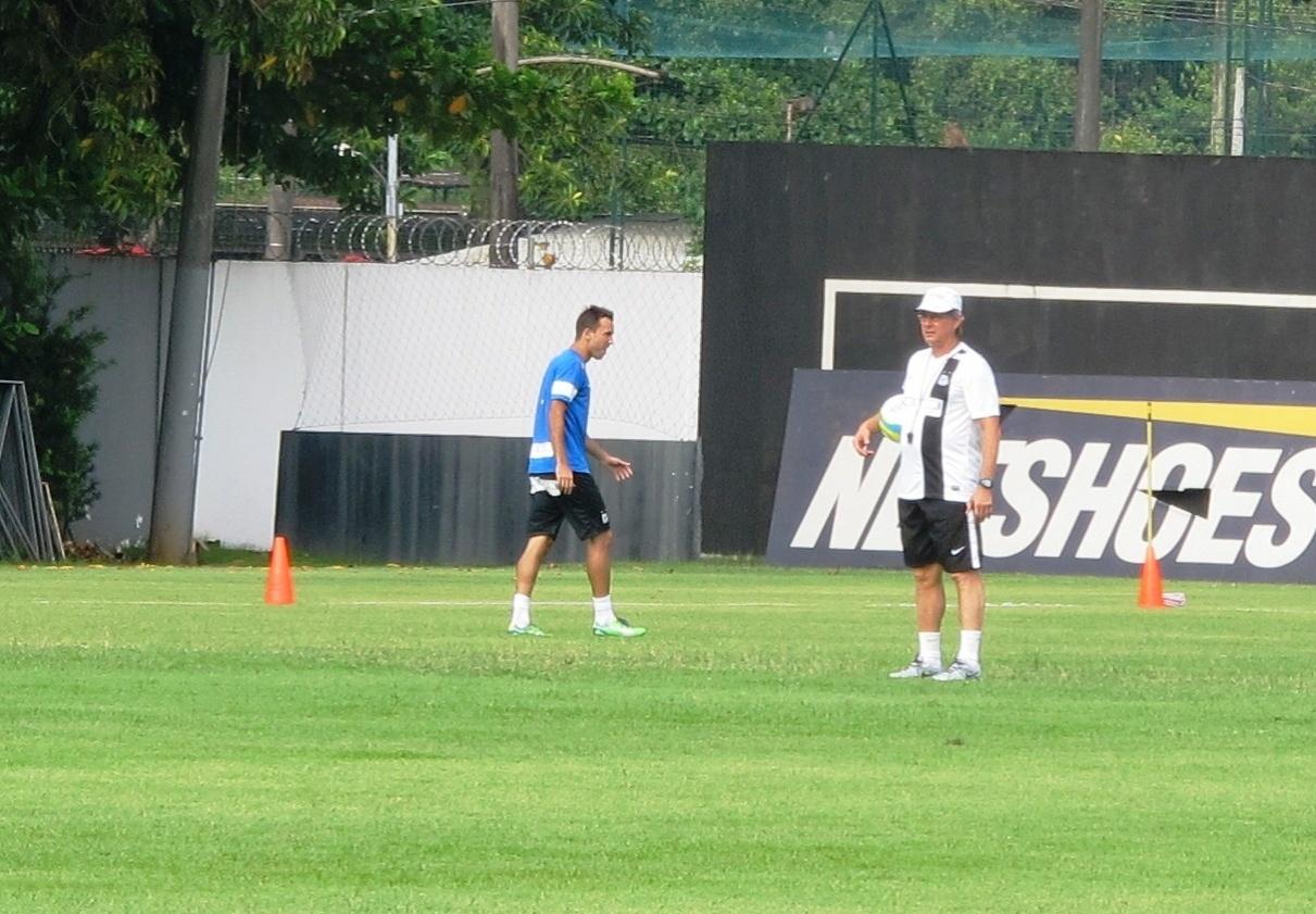 Oswaldo de Oliveira não perdeu tempo na primeira atividade no comando do Santos