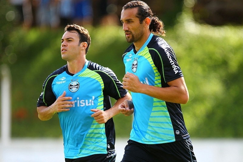 11 jan 2014 - Ao lado de Kleber, Barcos trabalha em treino de pré-temporada do Grêmio