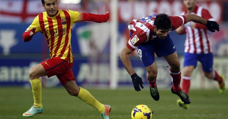 11. jan. 2014 - Diego Costa mergulha ao colidir com Pedro em jogo entre atlético de Madri e Barcelona pelo Campeonato Espanhol