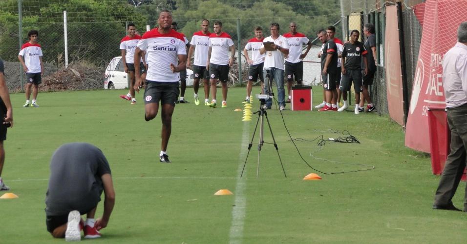 Goleiro Dida corre em treinamento onde a comissão técnica avaliou o desempenho dos jogadores com um radar (