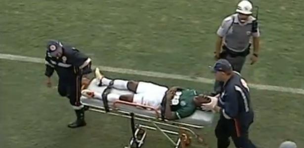 Jogador Leonardo, do Guarani, é retirado de campo pelo Samu após levar um soco de um jogador