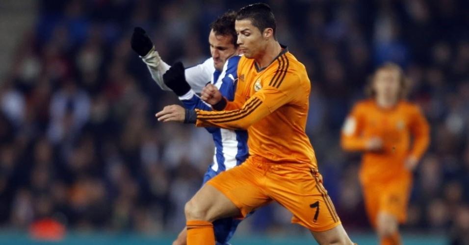12. jan. 2014 - Cristiano Ronaldo disputa bola com Stuani, do Espanyol, em partida pelo Campeonato Espanhol