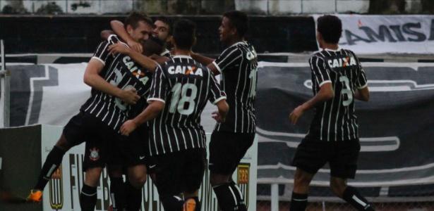 Jogadores do Corinthians comemoram gol na partida contra a Inter de Limeira pela Copa São Paulo