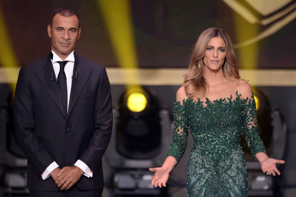13.jan.2014 - Atriz e apresentadora brasileira Fernanda Lima apresenta a premiação da Fifa ao lado do ex-jogador holandês Ruud Gullit