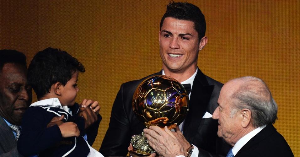 13.jan.2014 - Com seu filho ao lado, Cristiano Ronaldo recebe a Bola de Ouro de 2013
