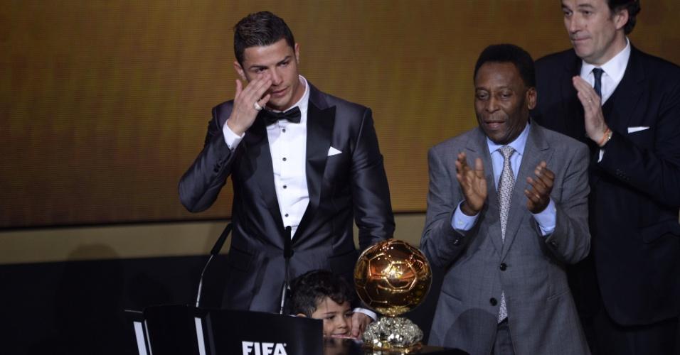 13.jan.2014 - Cristiano Ronaldo chora ao ser eleito o melhor jogador do mundo de 2013 e quebrar hegemonia de Messi