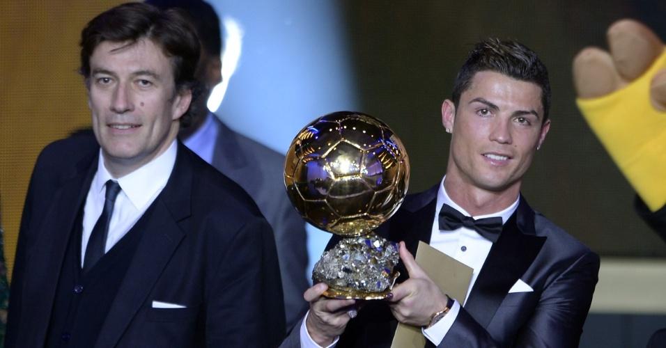 13.jan.2014 - Cristiano Ronaldo ergue a Bola de Ouro ao ser eleito o melhor jogador do mundo de 2013 e quebrar hegemonia de Messi