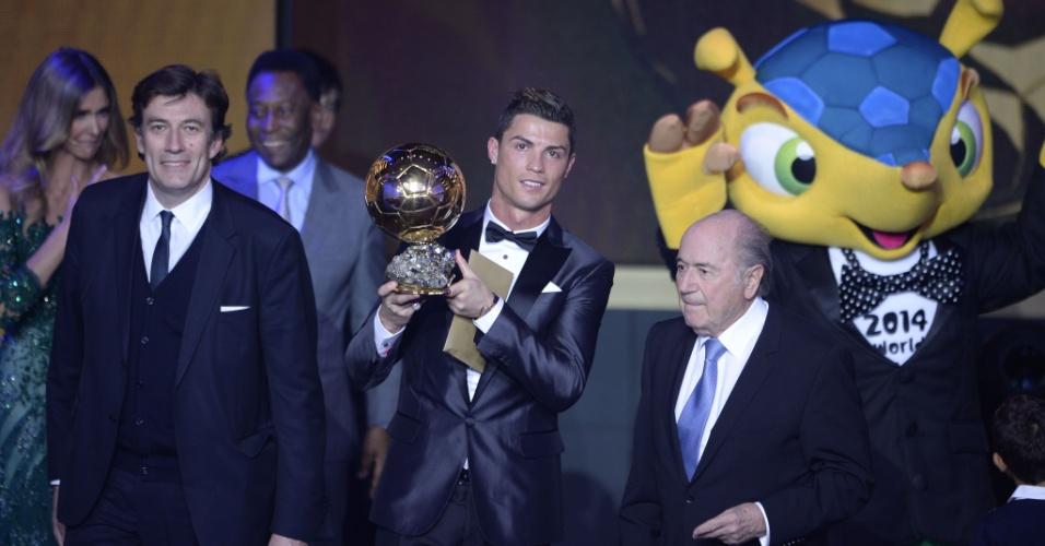 13.jan.2014 - Cristiano Ronaldo recebe a Bola de Ouro como o melhor jogador do mundo de 2013