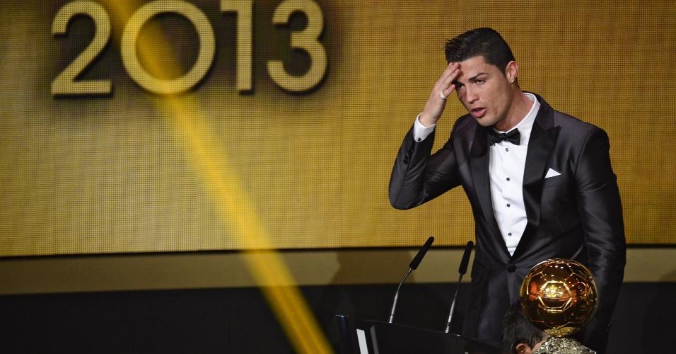 13.jan.2014 - Cristiano Ronaldo se emociona ao ser eleito o melhor jogador do mundo de 2013 e quebrar hegemonia de Messi