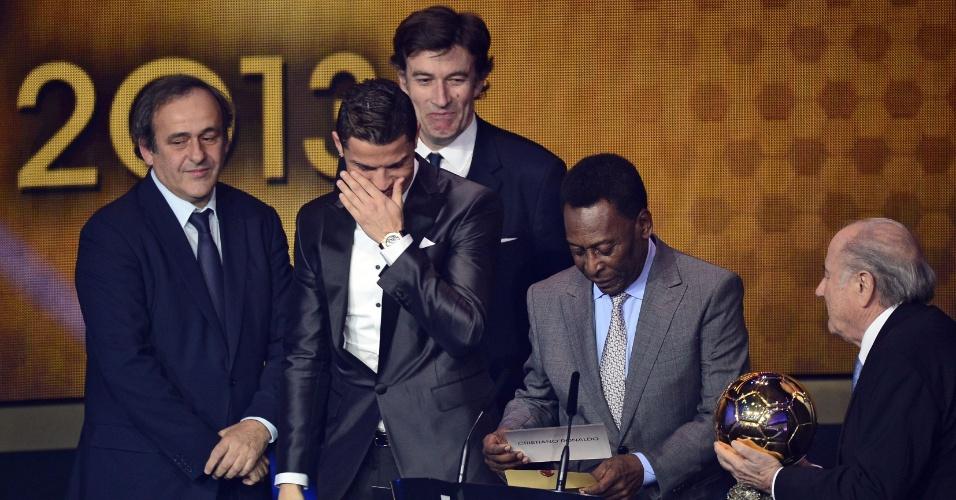 13.jan.2014 - Entre Pelé e Platini, Cristiano Ronaldo chora ao ser eleito o melhor jogador do mundo de 2013
