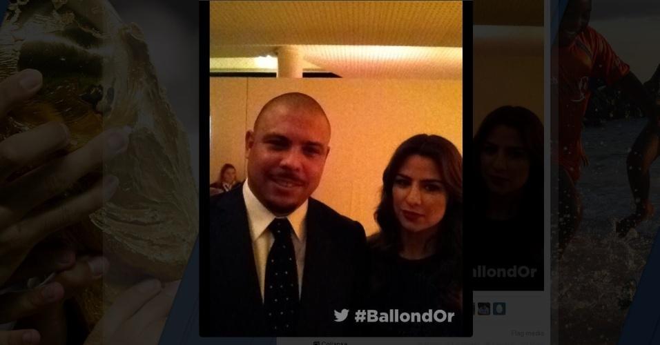 13.jan.2014 - Ex-jogador Ronaldo posa com a noiva Paula Morais antes da premiação da Fifa