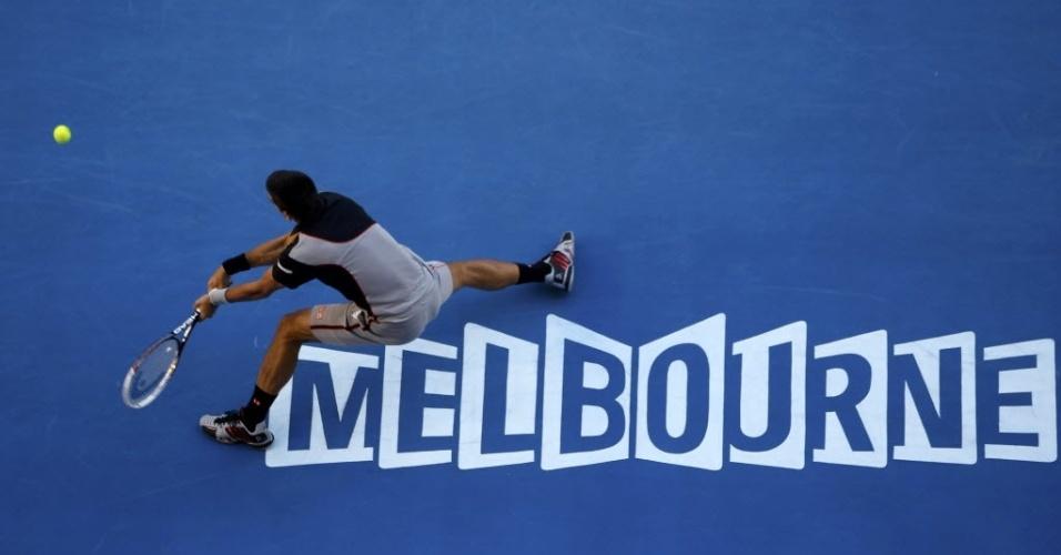 13.jan.2014 - Novak Djokovic se estica para alcançar a bola durante partida contra Lukas Lacko, no Aberto da Austrália