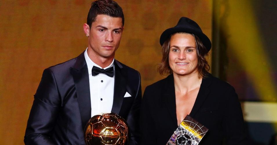 13.jan.2014 - Português Cristiano Ronaldo e a alemã Nadine Angerer exibem seus troféus de melhores jogadores do mundo de 2013