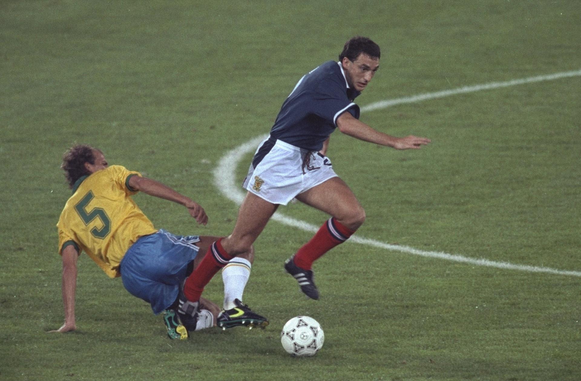 Volante Alemão na marcação de jogador da Escócia na Copa de 1990; ele procura chance como técnico