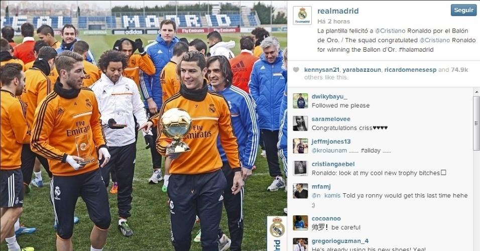 14.jan.2014 - Jogadores do Real Madrid levaram os troféus conquistados no prêmio Bola de Ouro ao treino do Real Madrid nesta terça-feira. A grande atração era o troféu de melhor do mundo de Cristiano Ronaldo.