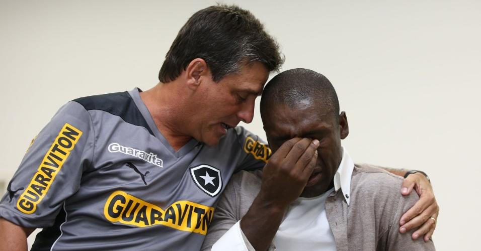 Apoiado pelo técnico do Botafogo Eduardo Hungaro, Seedorf não segura as lágrimas durante adeus aos jogadores do Botafogo