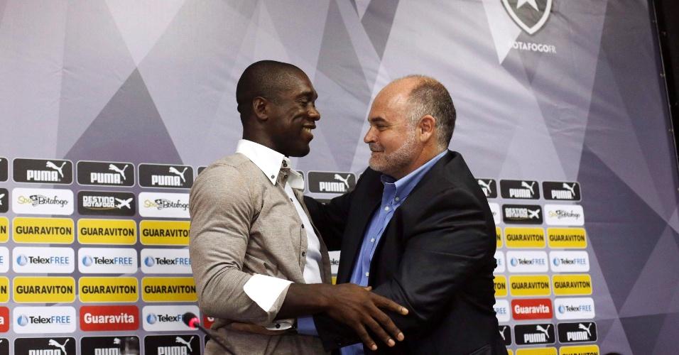 Presidente Maurício Assumpção abraça Seedorf durante coletiva de imprensa que confirmou ida ao Milan como treinador