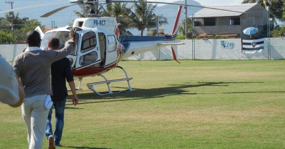Seedorf chega de helicóptero para se despedir dos companheiros botafoguenses