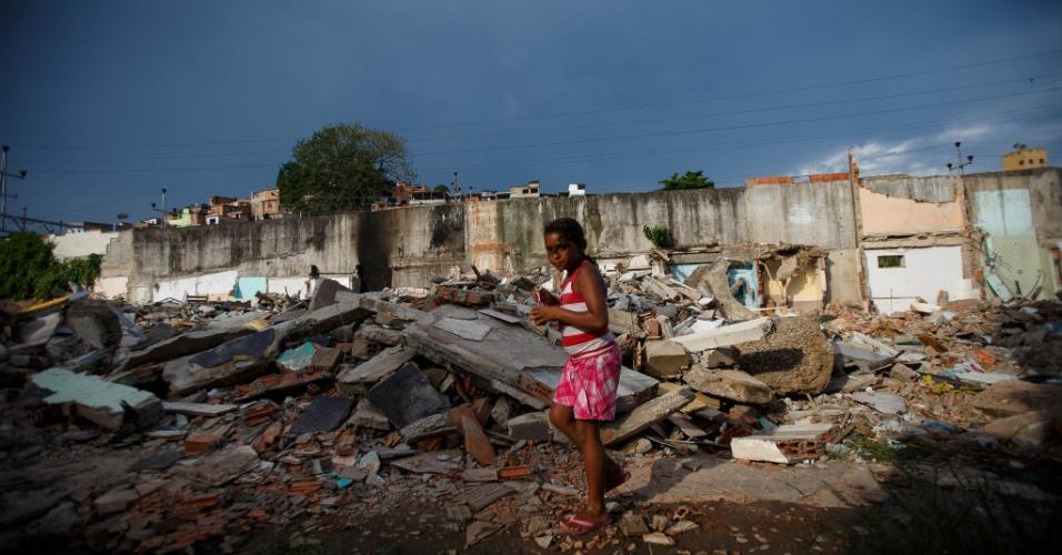 Criança em meio a entulho de moradias destruídas em remoção na comunidade Metrô-Mangueira