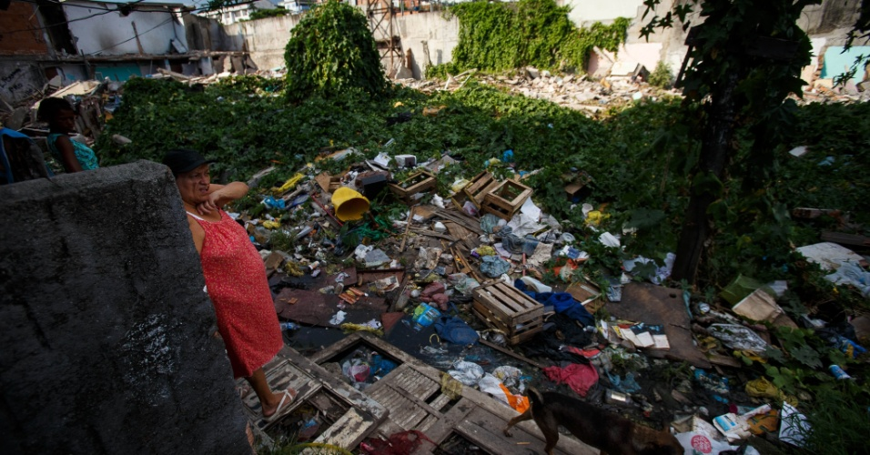 Mulher em meio aos destroços de moradias destruídas em remoção na comunidade Metrô-Mangueira