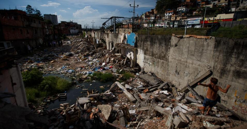 Destroços de moradias destruídas em remoção misturam-se com moradias na comunidade Metrô-Mangueira