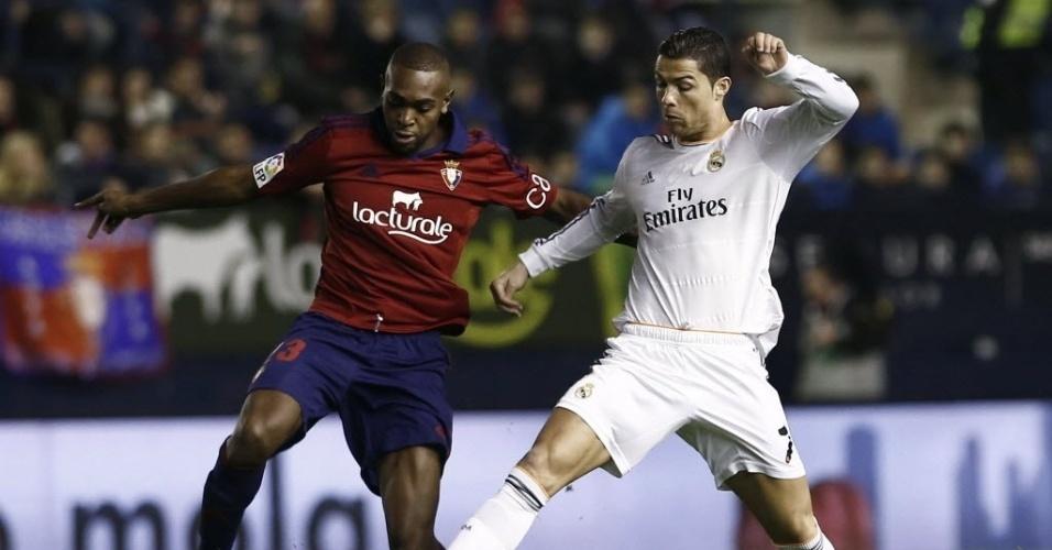 15. jan. 2014 - Melhor do mundo, Cristiano Ronaldo, disputa jogada com Raoul Loé, do Osasuna em jogo válido pela Copa do Rei