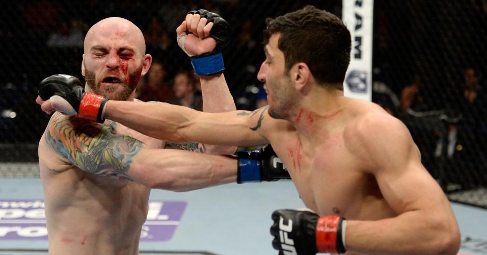 Elias Silvério acerta soco em Isaac Vallie-Flagg durante luta pelo UFC: Rockhold x Philippou
