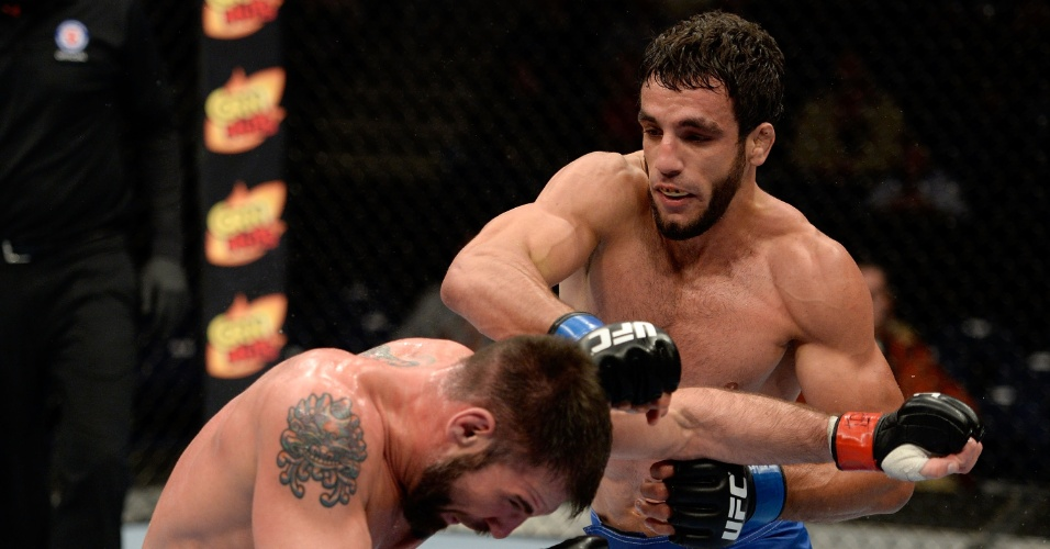 Elias Silvério golpeia Isaac Vallie-Flagg durante luta pelo UFC: Rockhold x Philippou; brasileiro venceu o americano por pontos