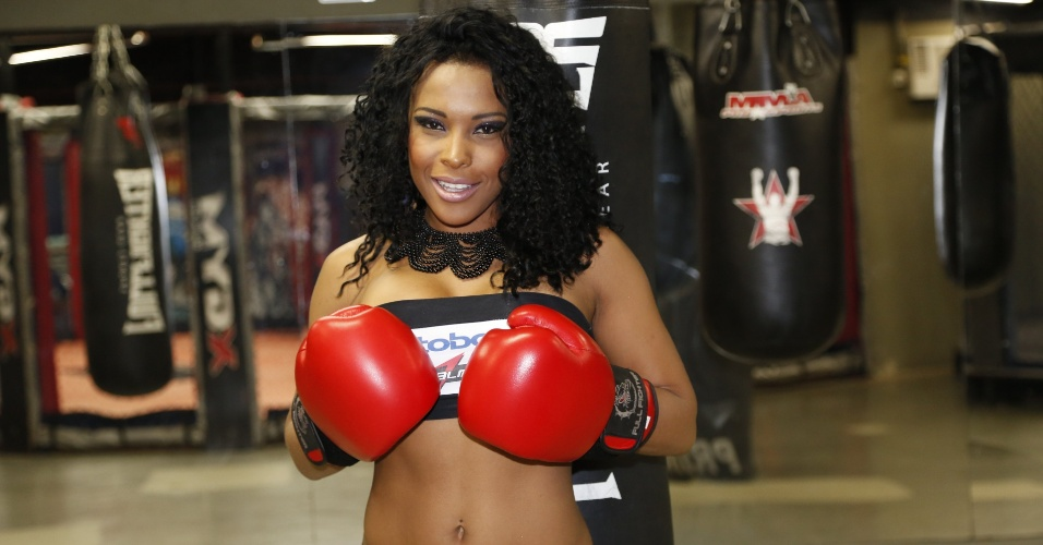 Integrante do BBB 4, Solange volta a ser ring girl em evento de MMA