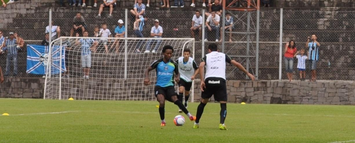 16 jan 2014 - Zé Roberto tenta jogada em treinamento do Grêmio de Bento Gonçalves