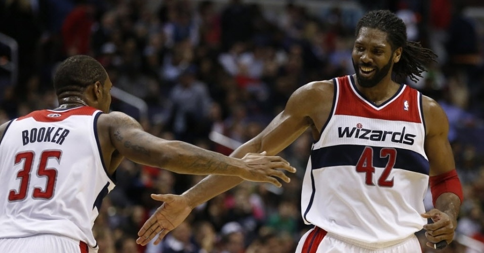 15.jan.2014 - Brasileiro Nenê (dir.) cumprimenta Trevor Booker durante partida entre Washington Wizards e Miami Heat