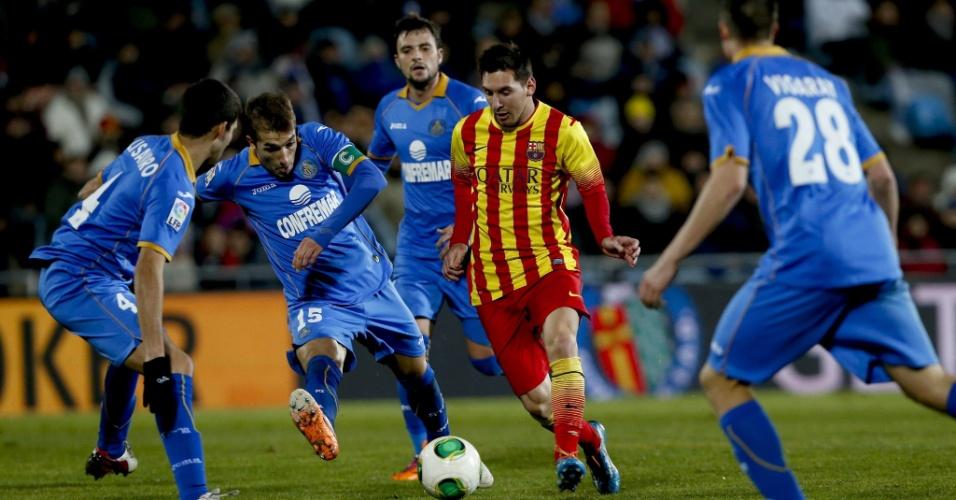 16.jan.2014 - Messi controla a bola no meio de quatro defensores do Getafe em jogo da Copa do Rei