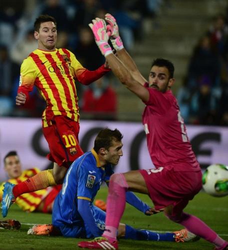 16.jan.2014 - Messi toca a bola na saída do goleiro do Getafe para abrir o placar para o Barcelona na Copa do Rei