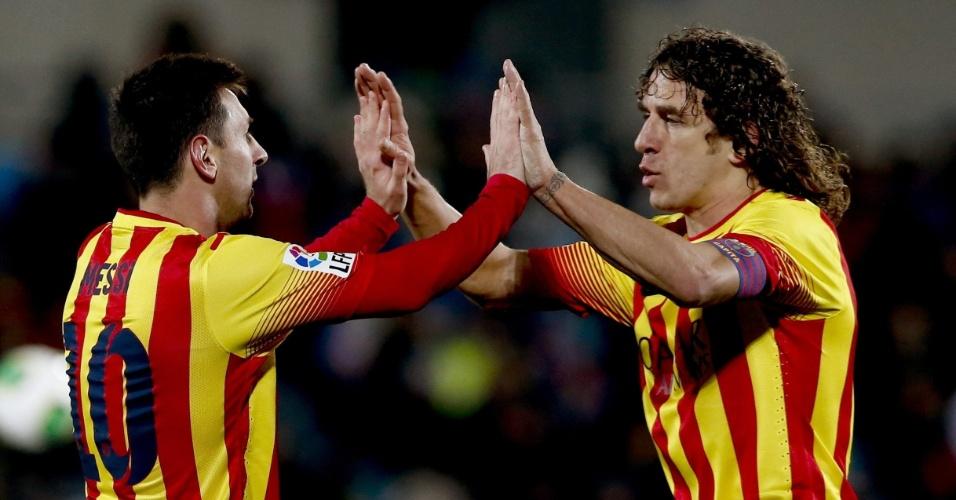 16.jan.2014 - Zagueiro Puyol cumprimenta Messi após segundo gol do Barcelona sobre o Getafe, na Copa do Rei