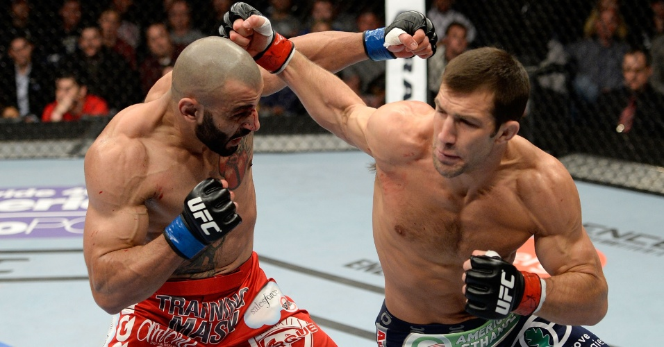Luke Rockhold e Costas Philippou trocam golpes durante luta do UFC Fight Night 35