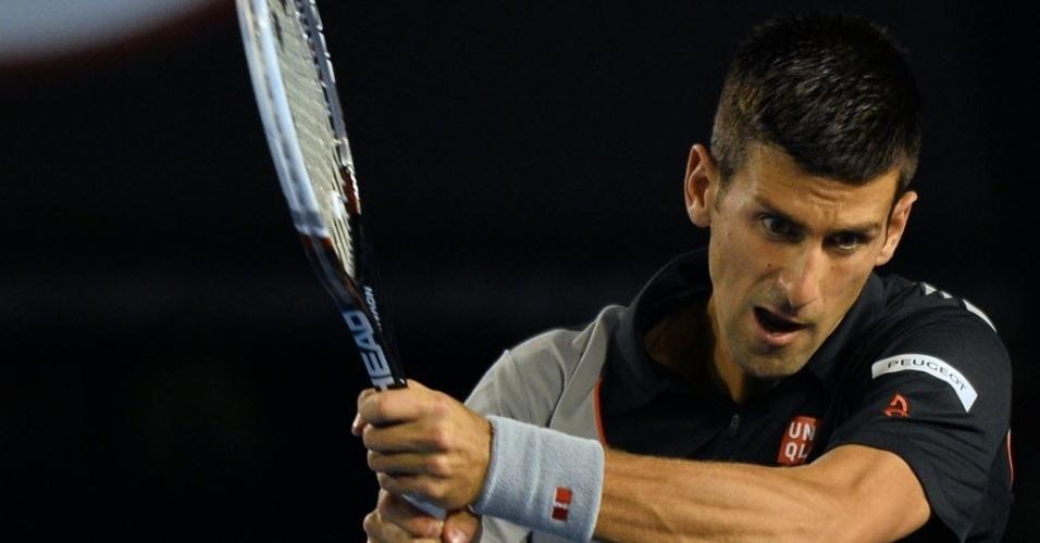 17.jan.2014 - Novak Djokovic devolve a bola durante partida do Aberto da Austrália contra Denis Istomin