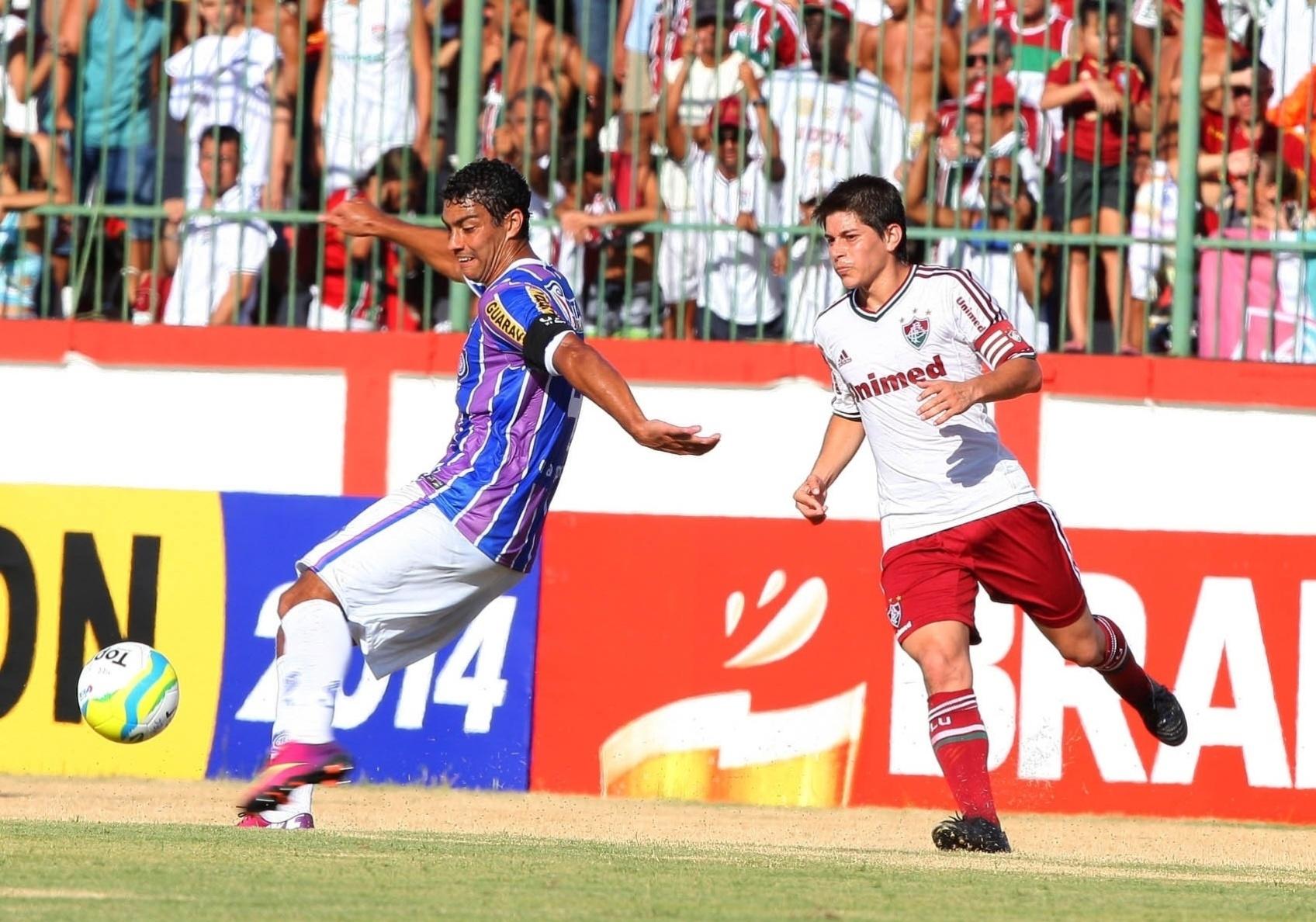 18.01.14 - Conca disputa bola com atleta do Madureira