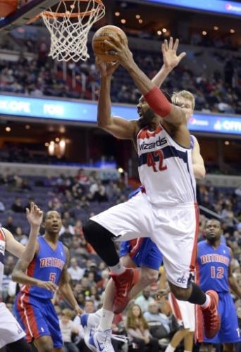 18.jan.2014 - Brasileiro Nenê salta para enterrar para o Washington Wizards durante jogo contra o Detroit Pistons