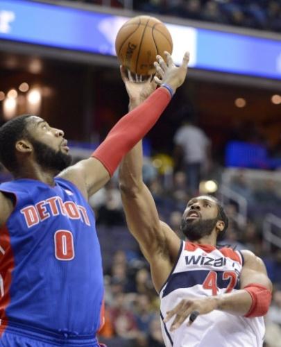 18.jan.2014 - Marcado por Andre Drummond, brasileiro Nenê tenta o arremesso durante duelo entre Detroit Pistons e Washington Wizards na NBA