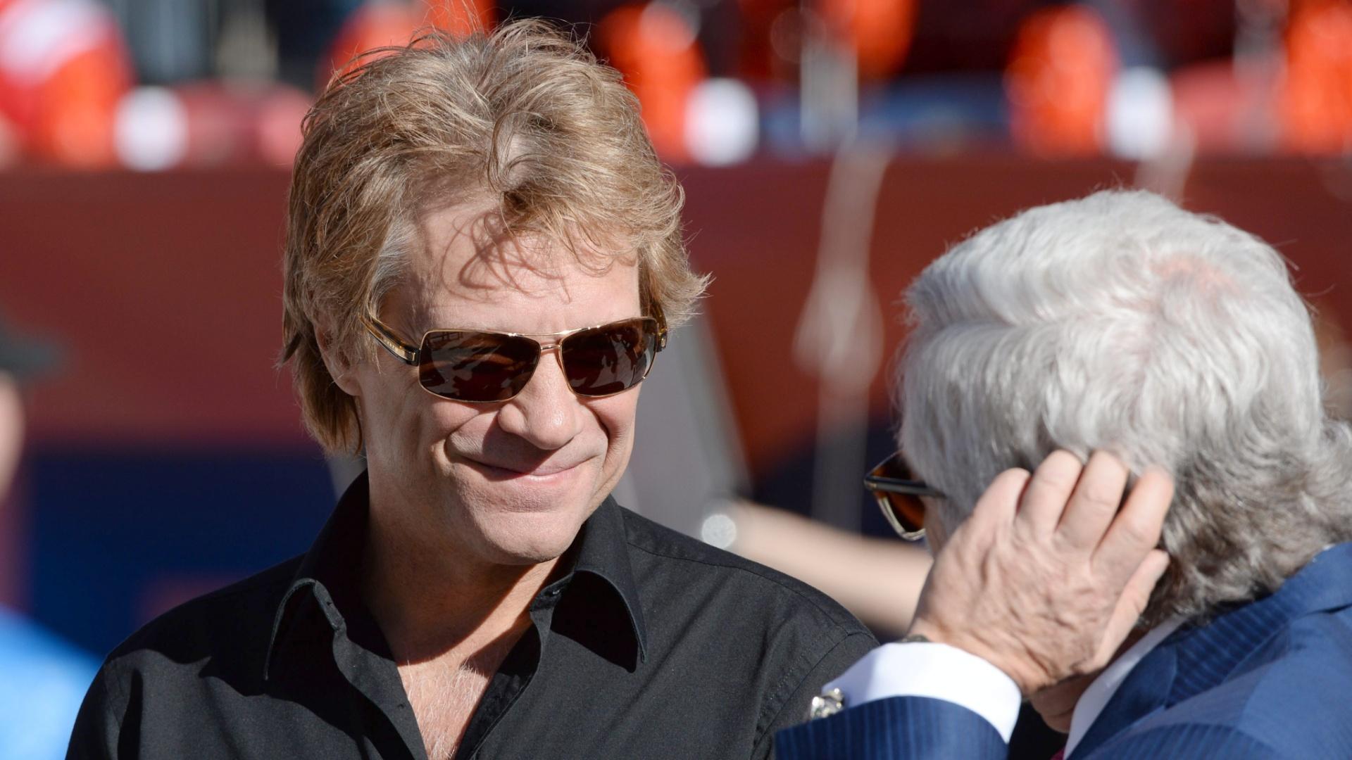 19.jan.2014 - Cantor Jon Bon Jovi marca presença em Denver para assistir a partida entre Broncos e Patriots, no Sports Authority Field